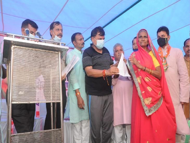 JC MILL श्रमिक परिवारों को उनके घर के लिए आवेदन वितरित करते हुए - Dainik Bhaskar
