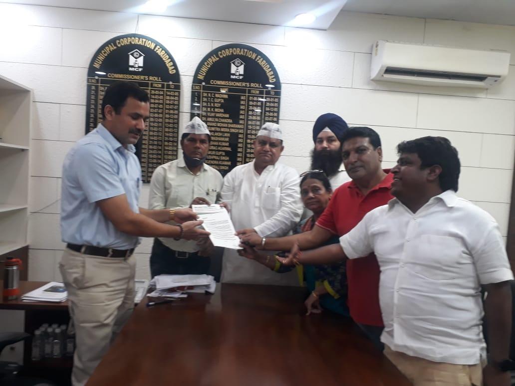 शहर की सड़कों को लेकर आम आदमी पार्टी ने दिया ज्ञापन - Dainik Bhaskar