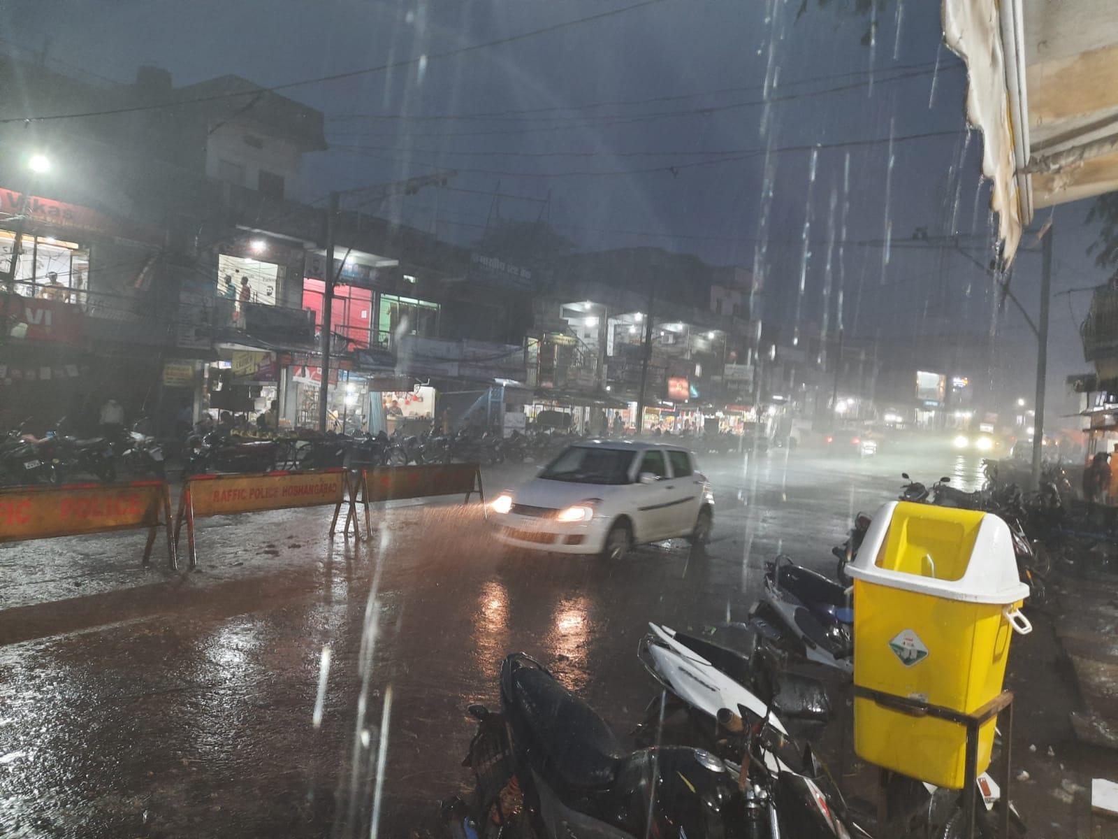 गरज चमक के साथ तेज बारिश, 12घंटे में 1इंच औसत बारिश, आकाशीय बिजली गिरने से किसान की मौत|होशंगाबाद,Hoshangabad - Dainik Bhaskar