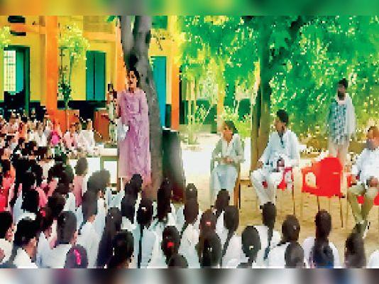 विद्यालय में ठोस कचरा प्रबंधन के बारे में बच्चों को जागरूक करते हुए। - Dainik Bhaskar
