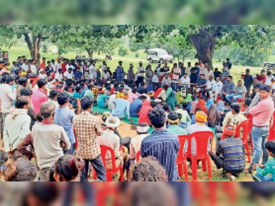 ग्राम एकधड़ी में ग्रामीणाें काे संबाेधित करते विधायक महेश पटेल। - Dainik Bhaskar