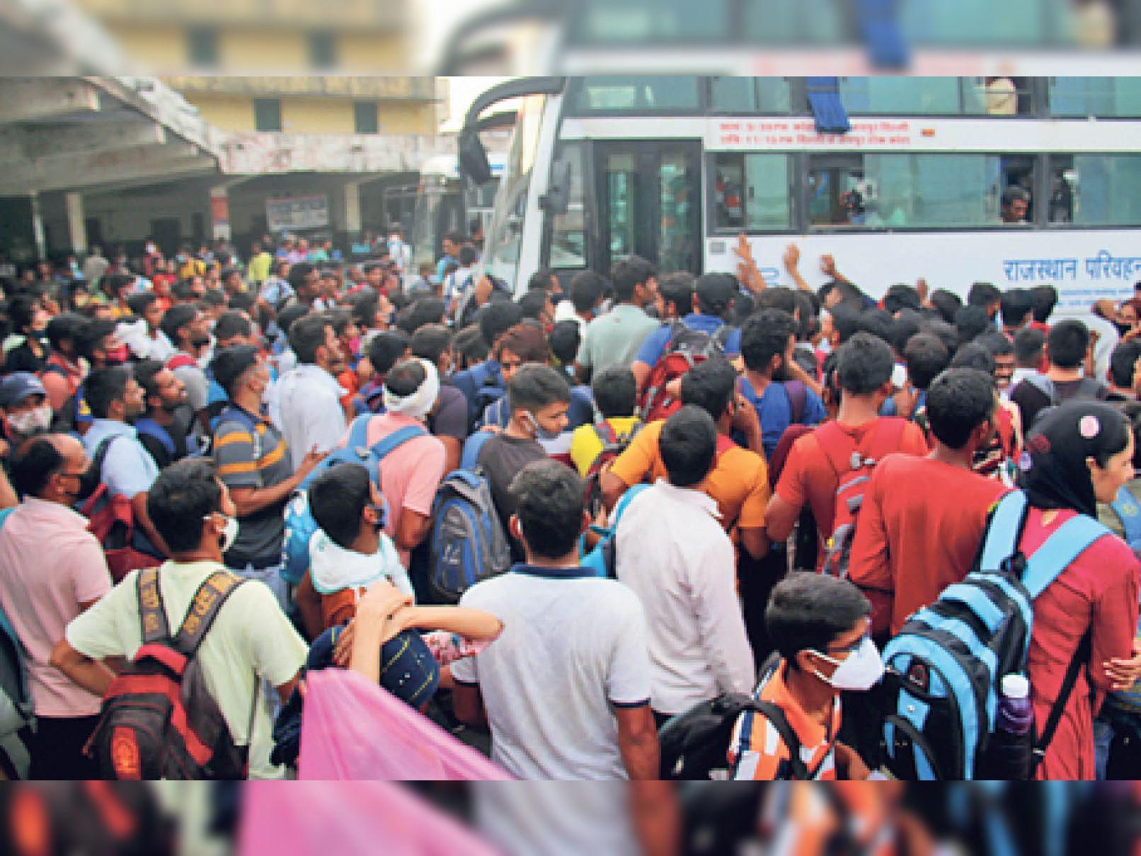 परीक्षा के बाद नयापुरा बस स्टैंड पर उमड़ी परीक्षार्थियों की भीड़। - Dainik Bhaskar