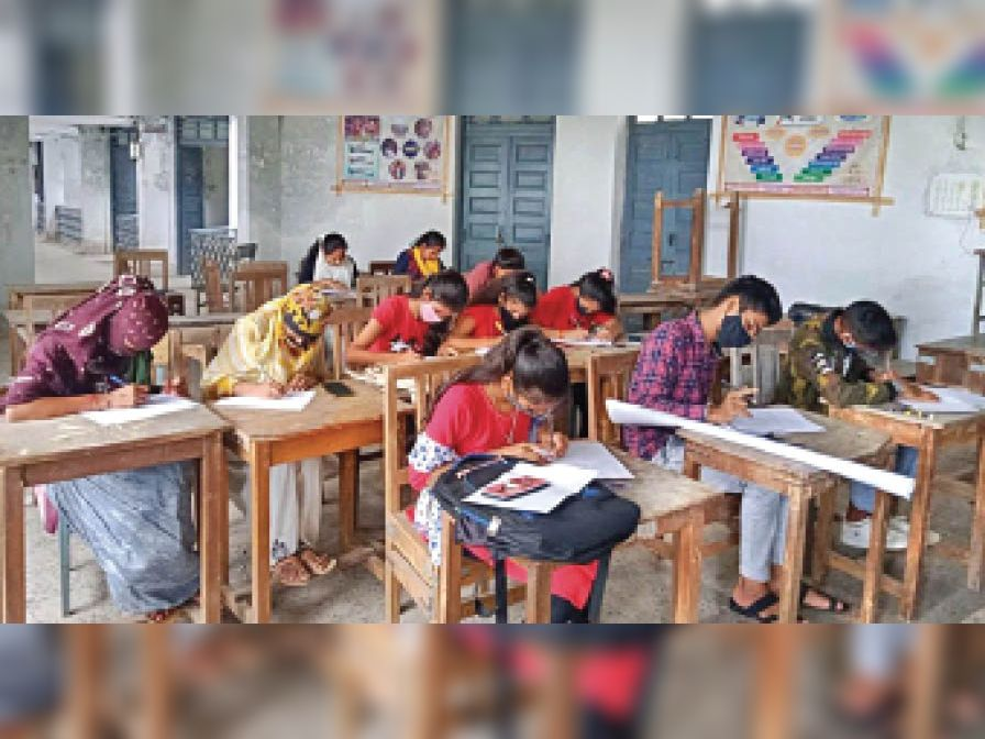 महाविद्यालय में हिंदी दिवस पर हुई प्रतियोगिता में निबंध लिखते विद्यार्थी। - Dainik Bhaskar