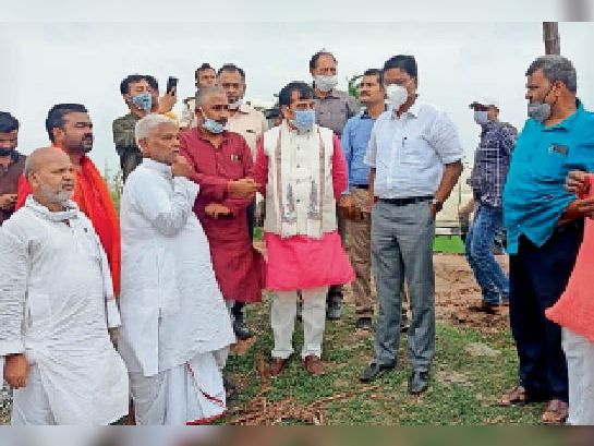 स्पर का निरीक्षण करते मंत्री, साथ में विधायक व डीएम। - Dainik Bhaskar
