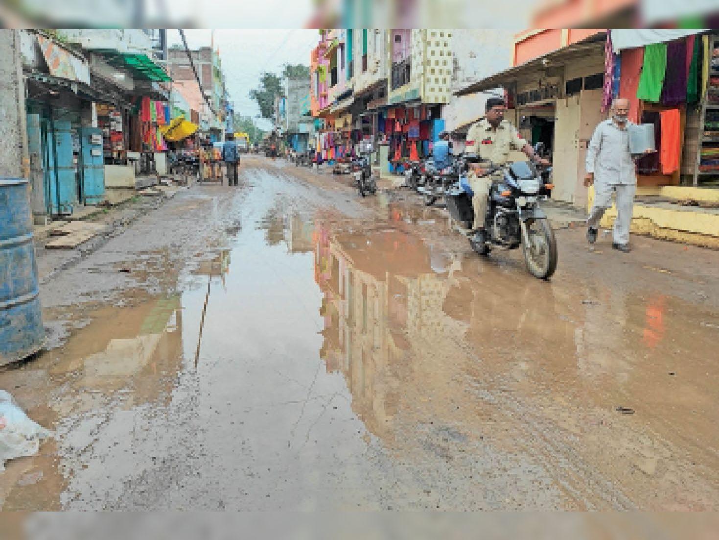 नए सीसी रोड पर बारिश का पानी जमा हो रहा है। - Dainik Bhaskar