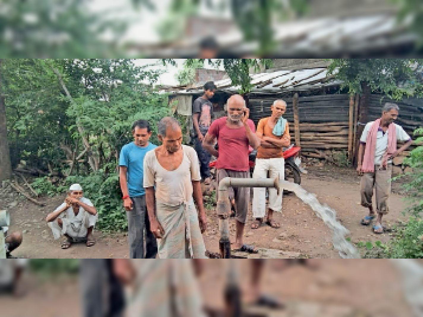ग्राम जाहूर में ट्यूबवेल में नई मोटर लगने से पानी सप्लाय शुरू हुआ। - Dainik Bhaskar