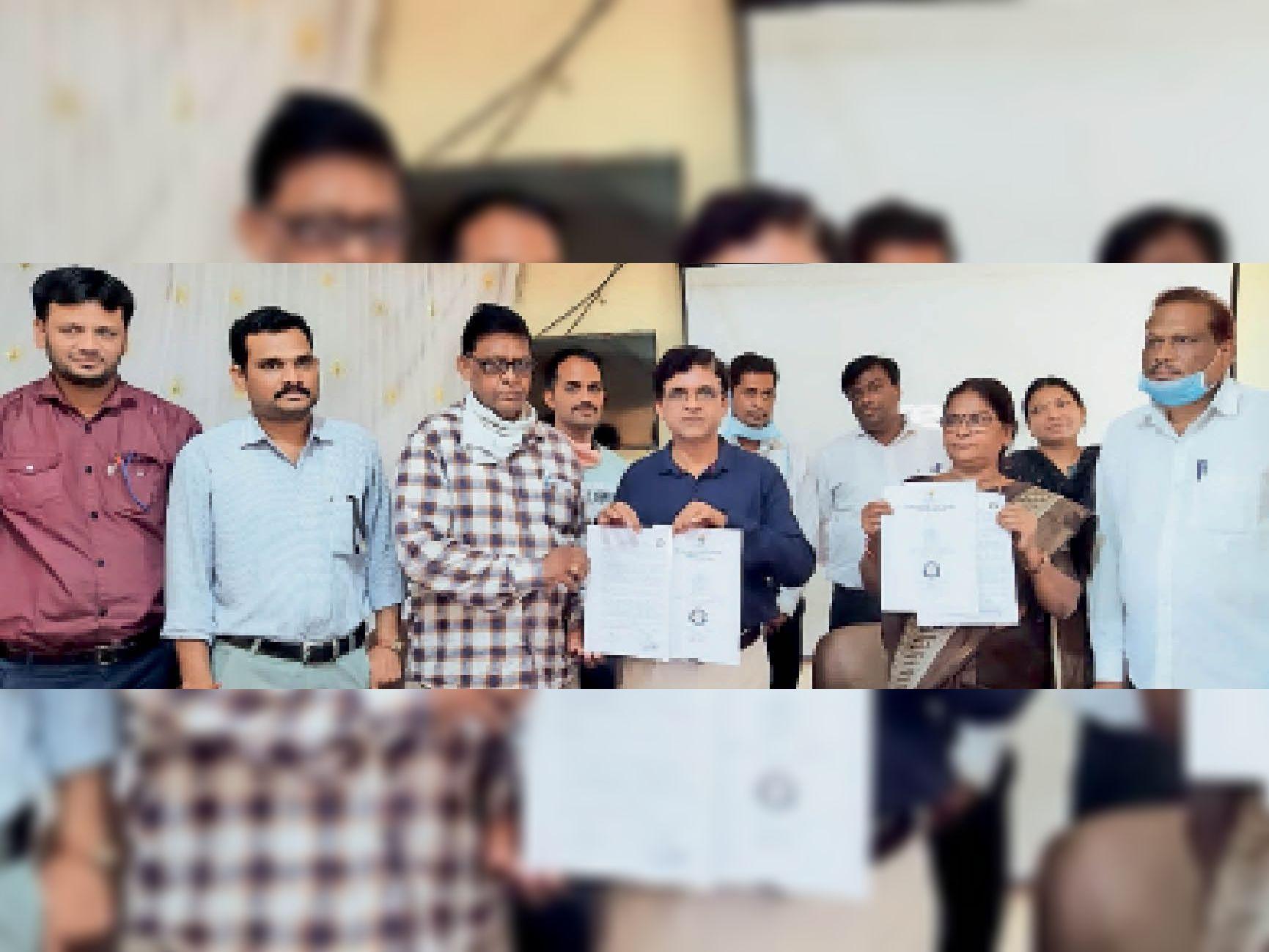 कार्यक्रम में उपस्थित प्रोफेसर और अतिथि। - Dainik Bhaskar