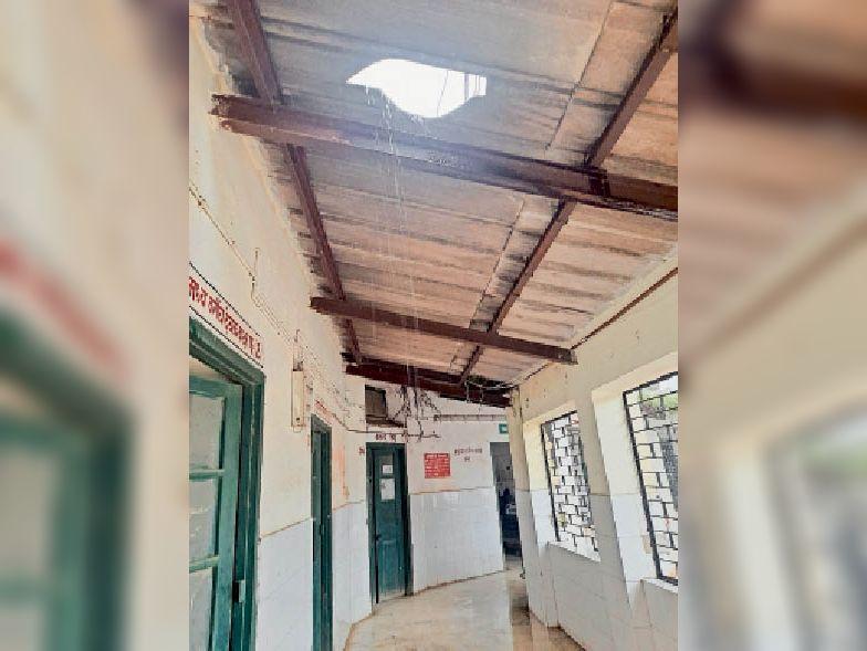 बच्चा वार्ड के मुख्य द्वार के सामने टपकता पानी। - Dainik Bhaskar