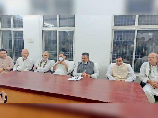 मंगलवार को पत्रकारों से बातचीत करते जल संसाधन मंत्री, सांसद, विधायक व अन्य। - Dainik Bhaskar