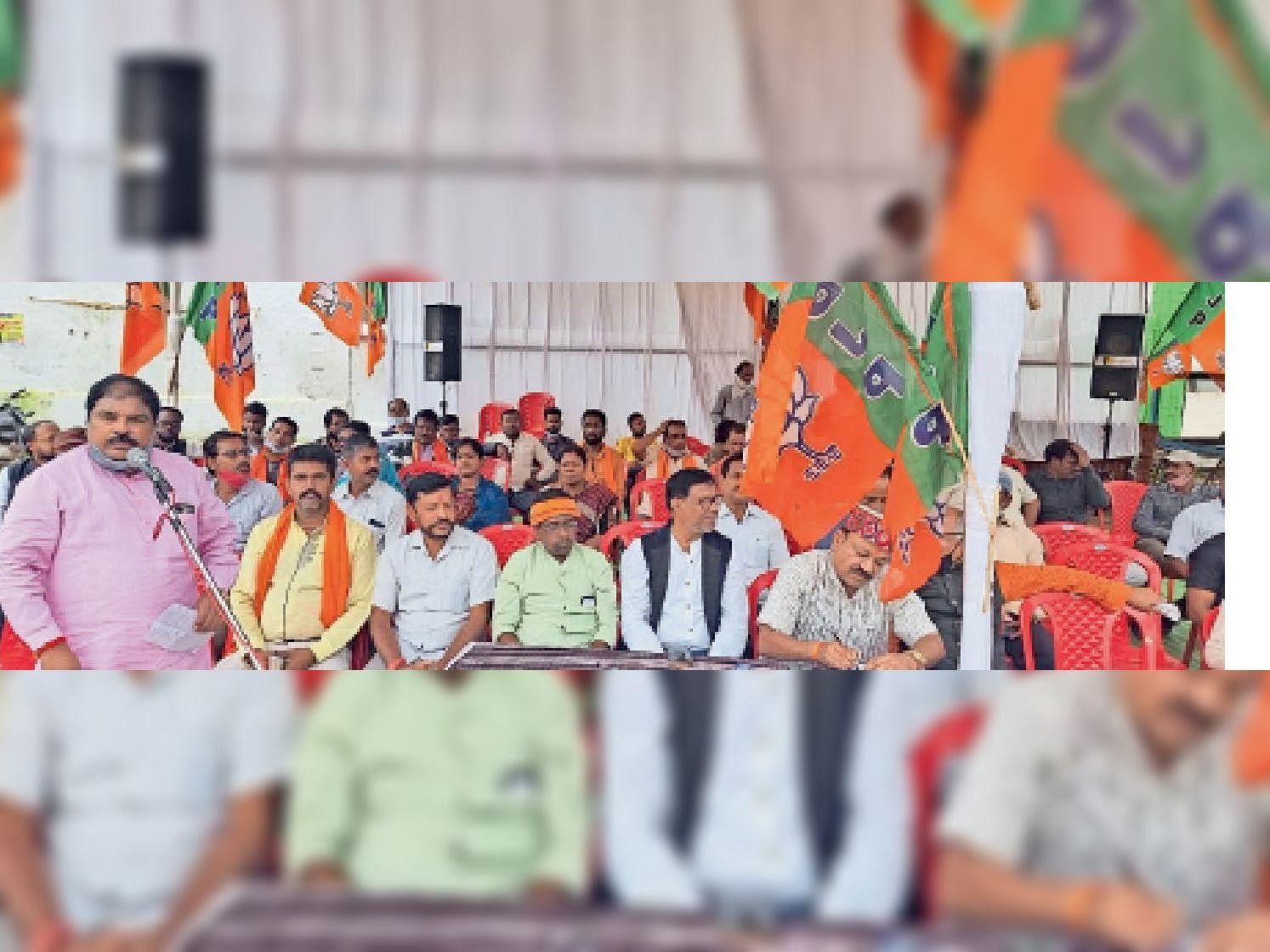 सिरहासार चौक पर धरना प्रदर्शन करते भाजपा नेता व कार्यकर्ता। - Dainik Bhaskar