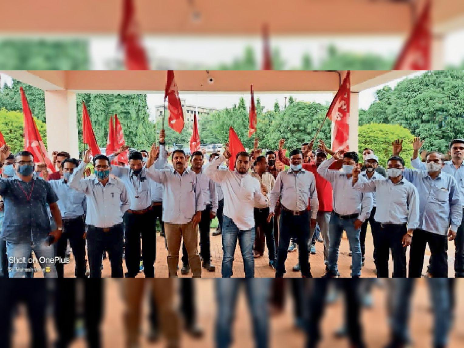 हड़ताल का ज्ञापन सौंपने मुख्यालय पहुंचे मजदूरों ने की नारेबाजी। - Dainik Bhaskar