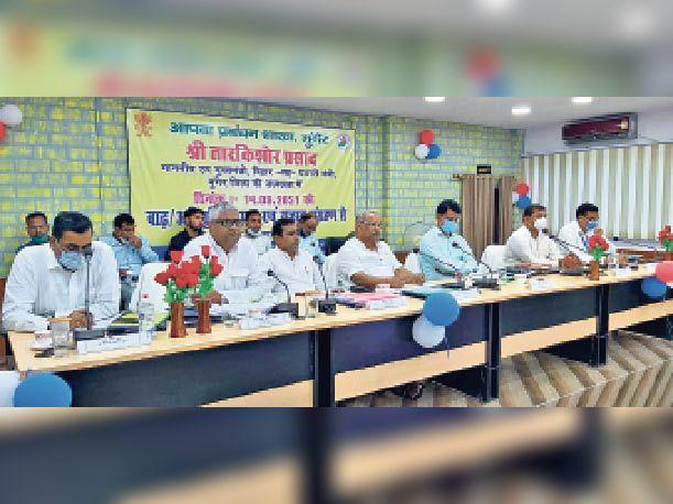 मंगलवार को आपदा प्रबंधन की बैठक में शामिल प्रभारी मंत्री, डीएम सहित अन्य। - Dainik Bhaskar