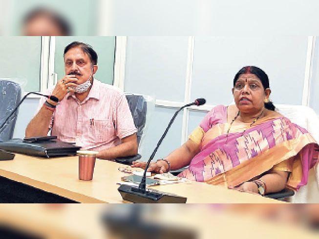 मुंगेर विश्व विद्यालय में प्रेसवार्ता के दौरान जानकारी देतीं कुलपती श्यामा राय। - Dainik Bhaskar