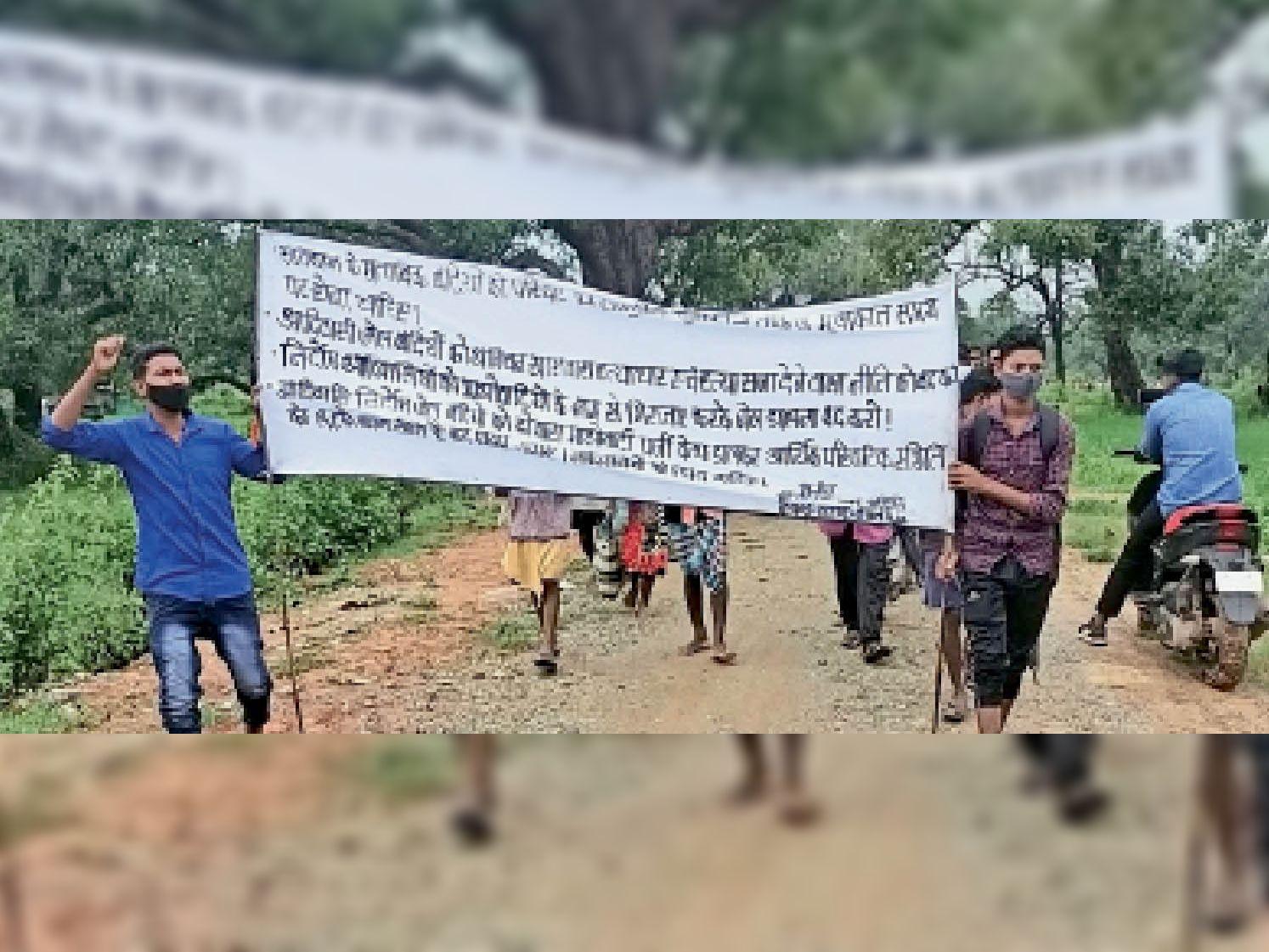गंगालूर से रैली निकाल जिला मुख्यालय जाते ग्रामीण। - Dainik Bhaskar