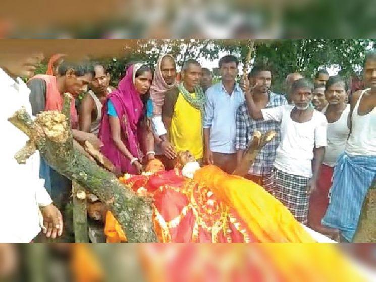 चिता पर भी साथ-साथ: अर्थी पर मधुमक्खियों के हमले में जान गंवाने वाले भरत पंडित और उनकी पत्नी जमनी देवी। - Dainik Bhaskar