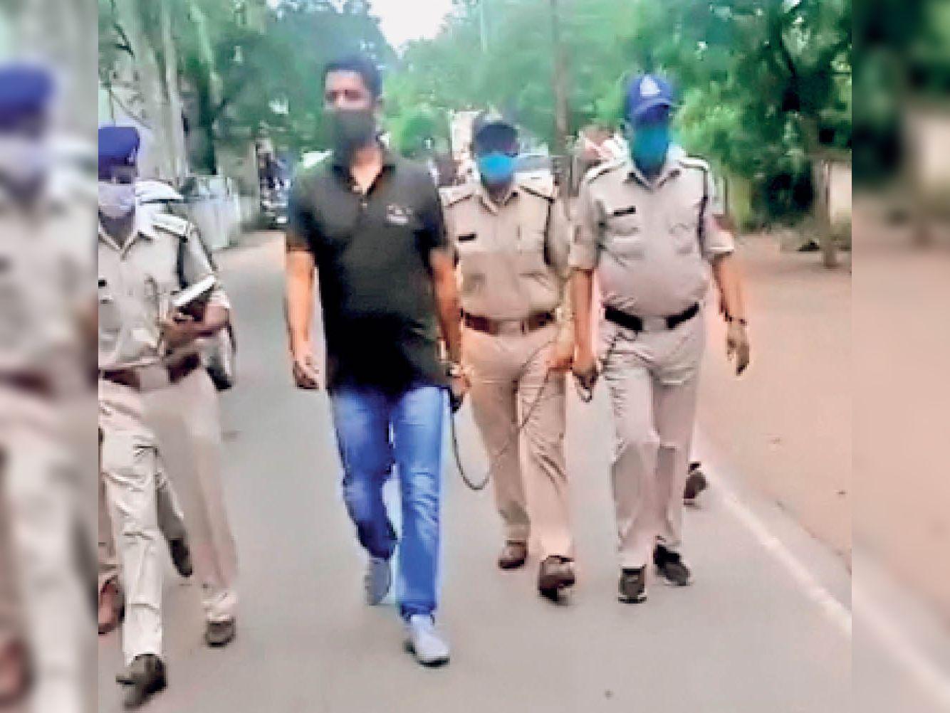 हत्या के प्रयास के आरोपी बंटी राठौर को पैदल कोर्ट ले जाती पुलिस। - Dainik Bhaskar