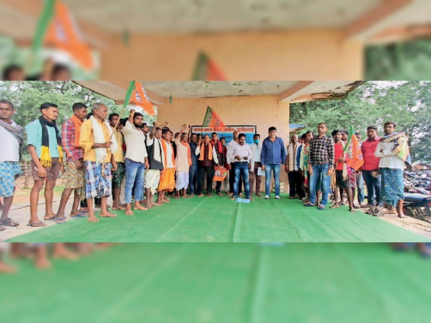 किसानों की समस्याओं को लेकर धरना प्रदर्शन करते भाजपाई। - Dainik Bhaskar