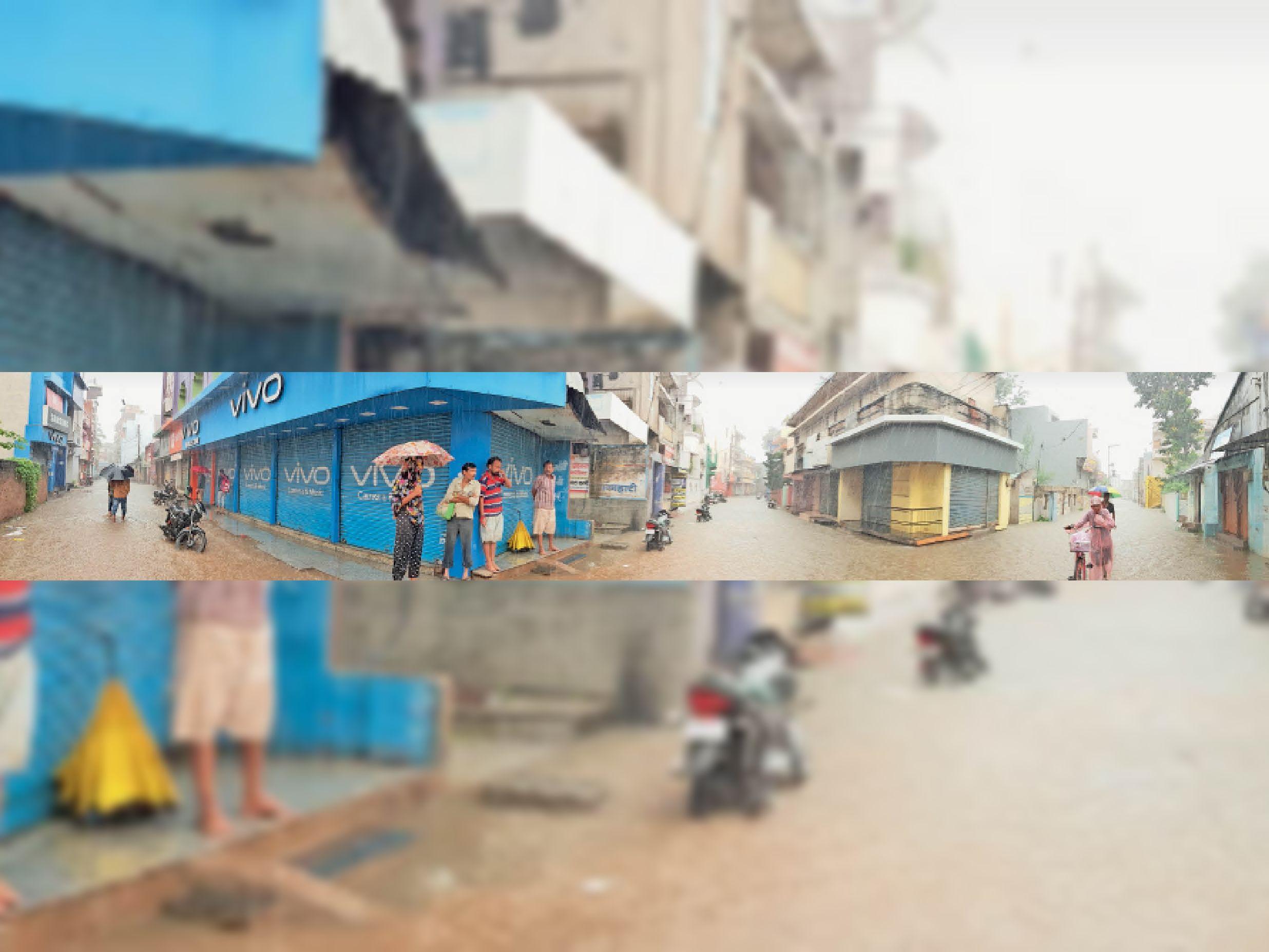 यह तस्वीर मंगलवार सुबह 10.30 बजे खींची गई है जो 3 वार्डों को जोड़ने वाले बनियापारा चौक की है। भारी बारिश से व्यापारियों ने दुकानें नहीं खोली। सड़कों पर पानी भरा रहा। कुछ लोग छाते लेकर जाते दिखे तो कुछ बारिश से बचने के लिए दुकानों में खड़े रहे।  फोटो: अजय देवांगन - Dainik Bhaskar