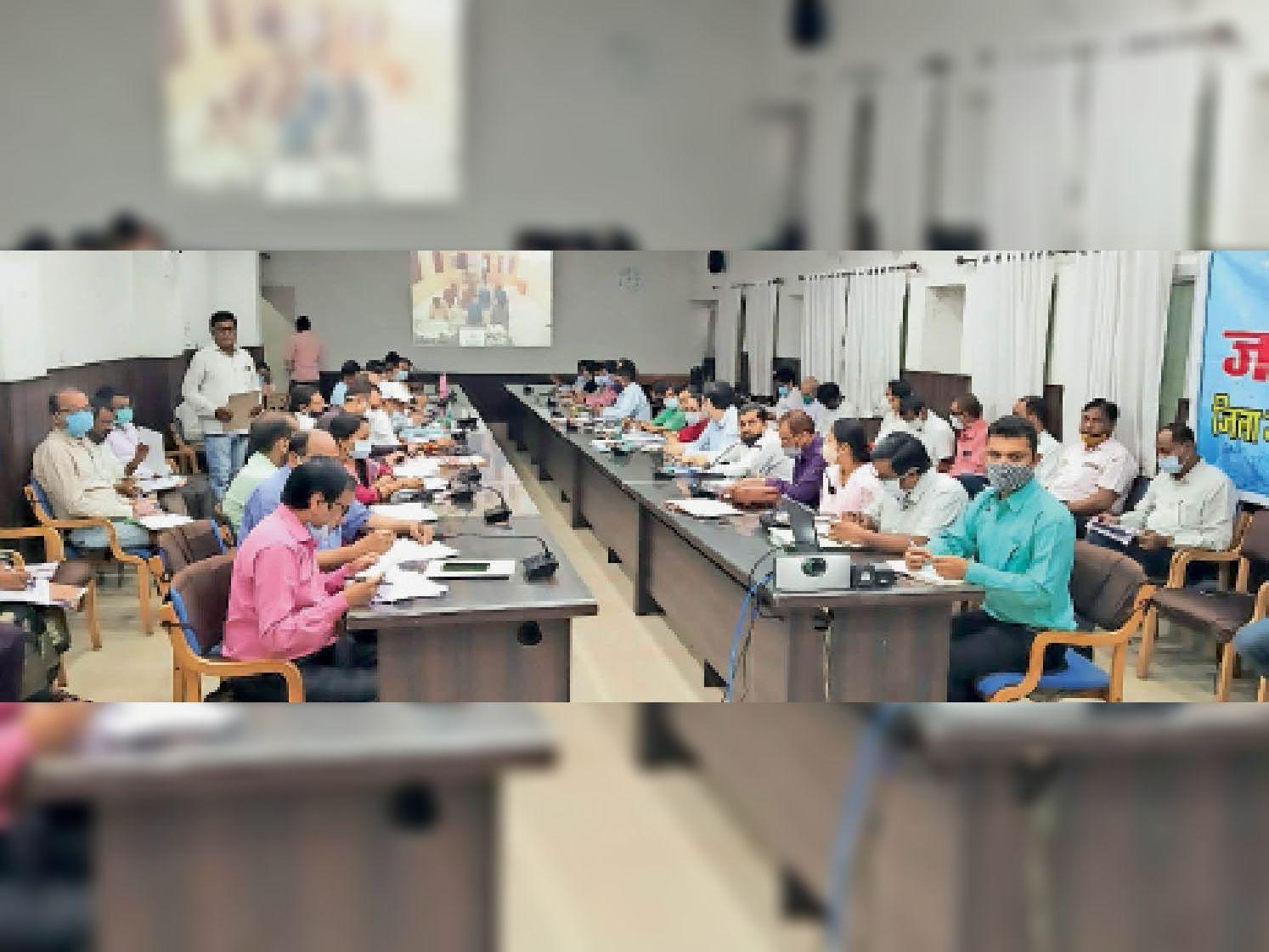 बैठक में उपस्थित जिला स्तर के अफसर। - Dainik Bhaskar