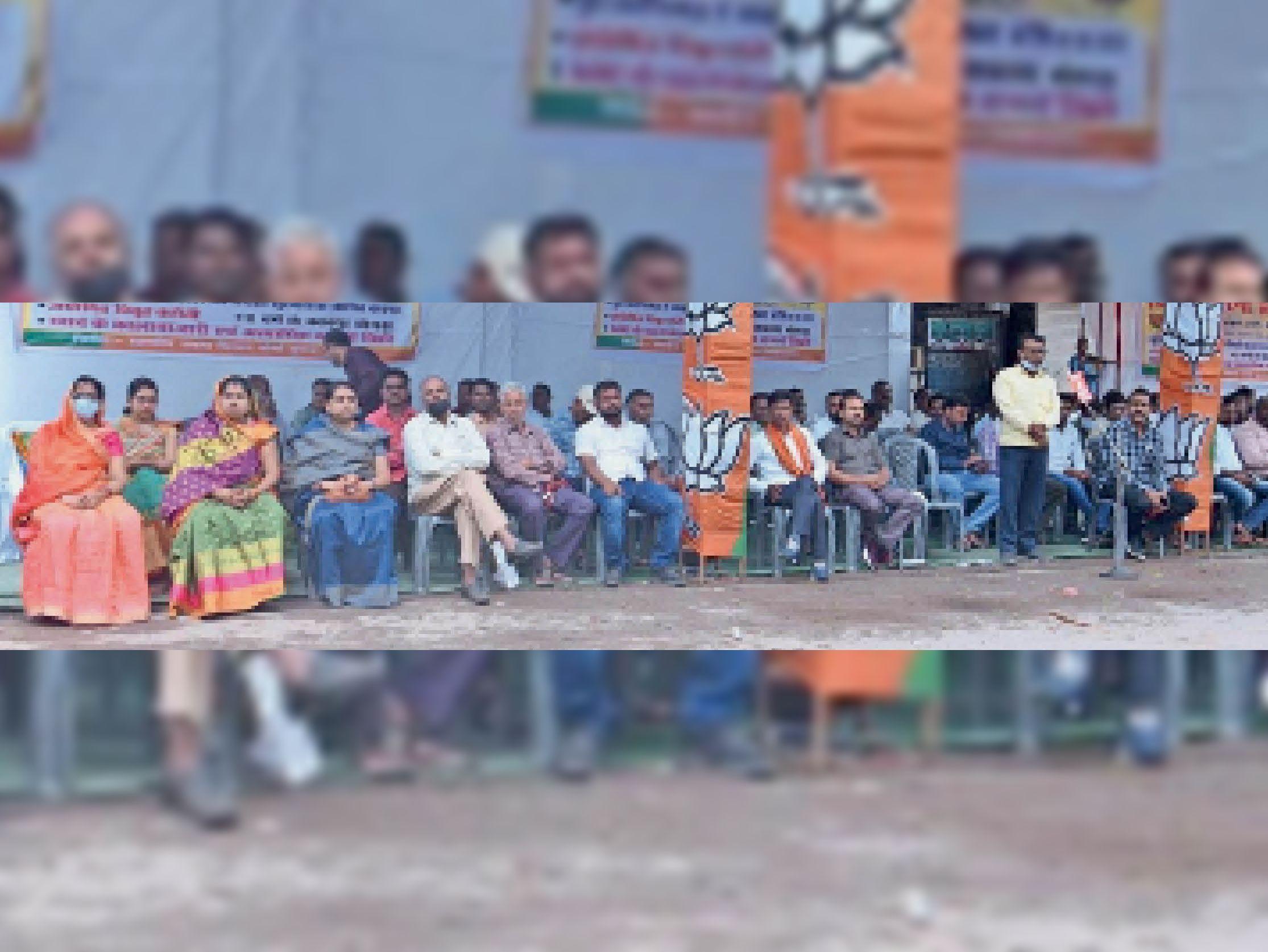 कारगिल चौक पर भाजपाइयों ने धरना देकर सरकार के खिलाफ किया विरोध प्रदर्शन। - Dainik Bhaskar