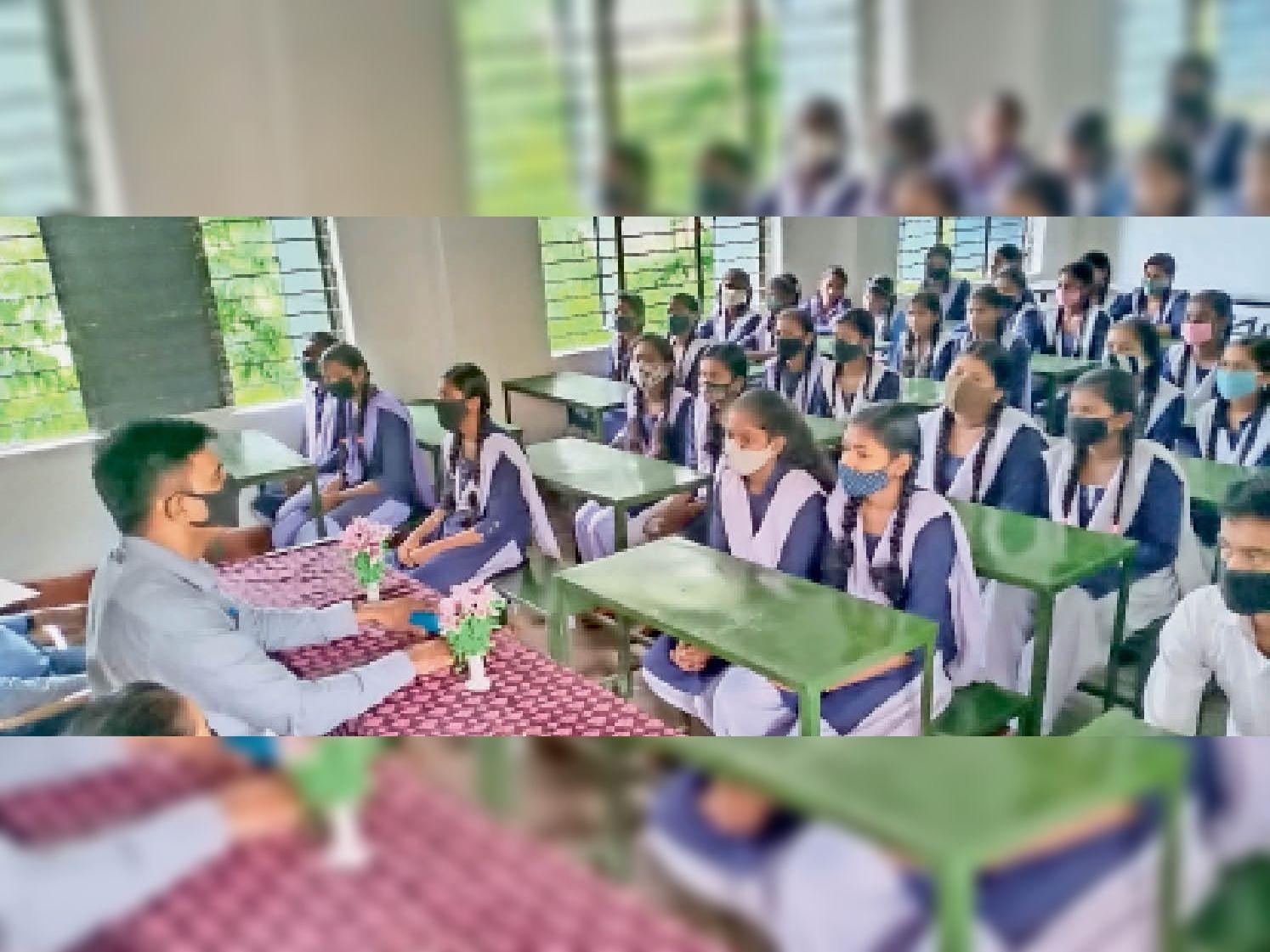 मंगलवार को हिन्दी दिवस के कार्यक्रम में उपस्थित छात्र। - Dainik Bhaskar