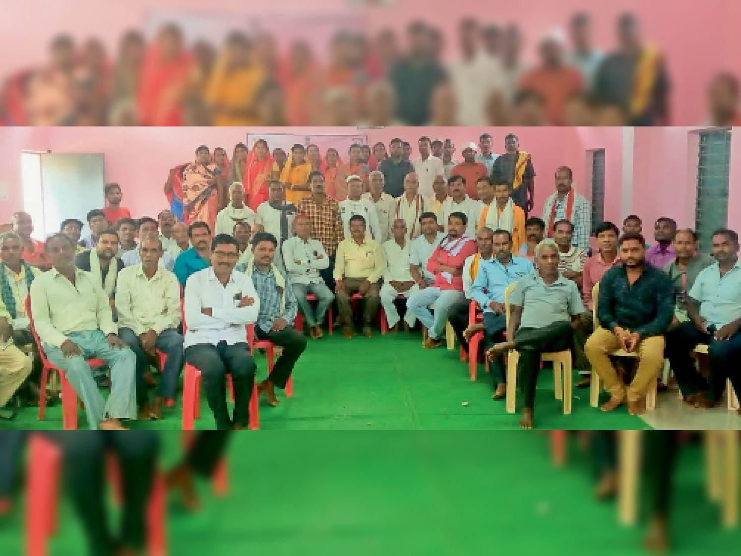 बैठक में उपस्थित ग्रामीण व ग्राम विकास समिति के पदाधिकारी। - Dainik Bhaskar