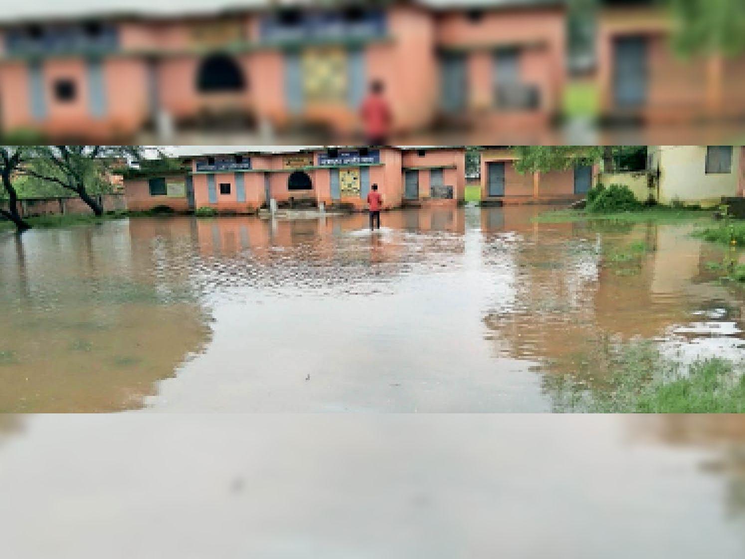 सिर्री. मंगलवार को भारी बारिश के कारण स्कूल मैदान में पानी भर गया। - Dainik Bhaskar