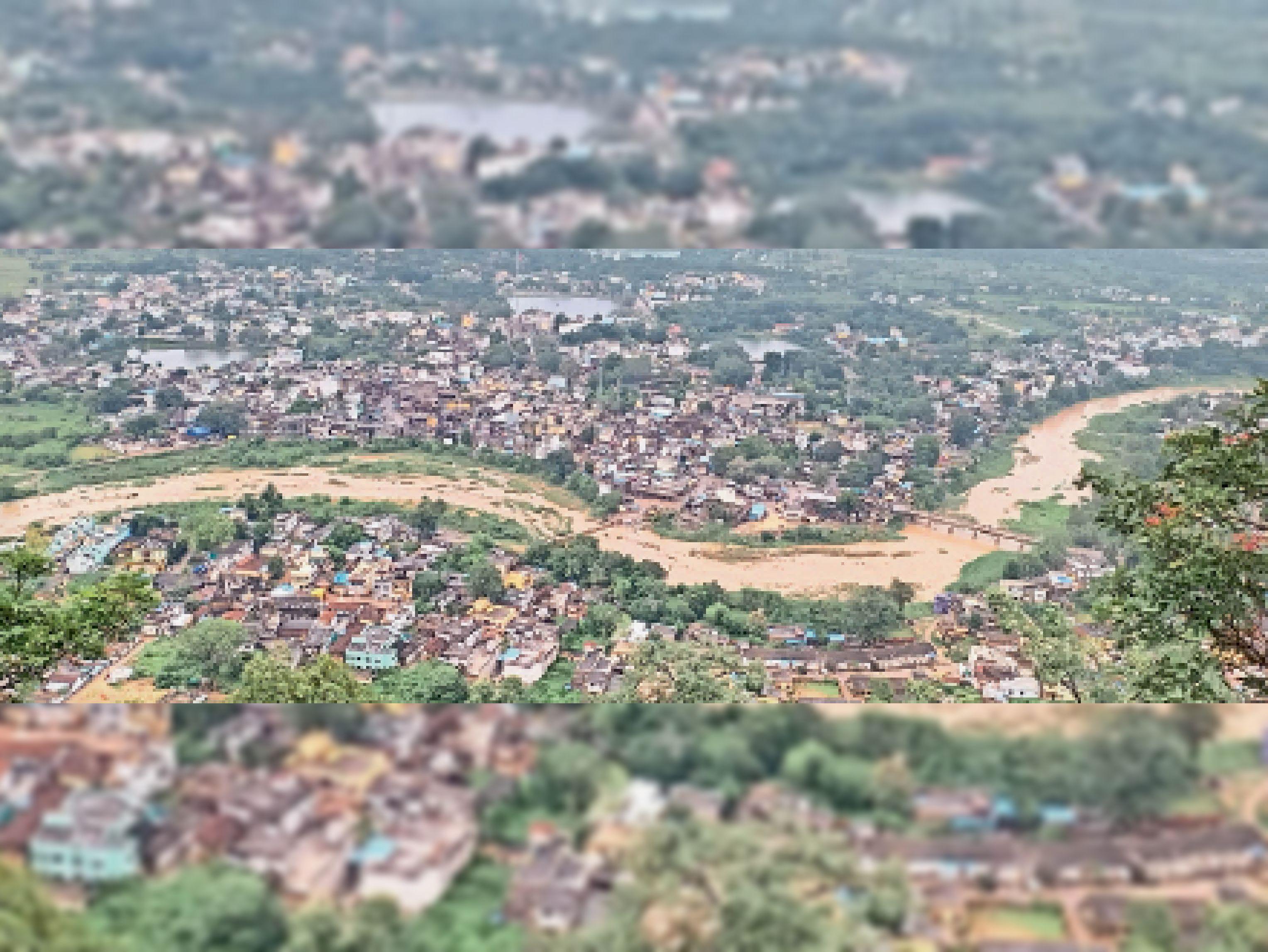 सितंबर में अच्छी बारिश के बावजूद शहर की दूधनदी में पानी नहीं भर पाया है। इसीलिए नजर आ रही है नदी के किनारे झाड़ियां। - Dainik Bhaskar
