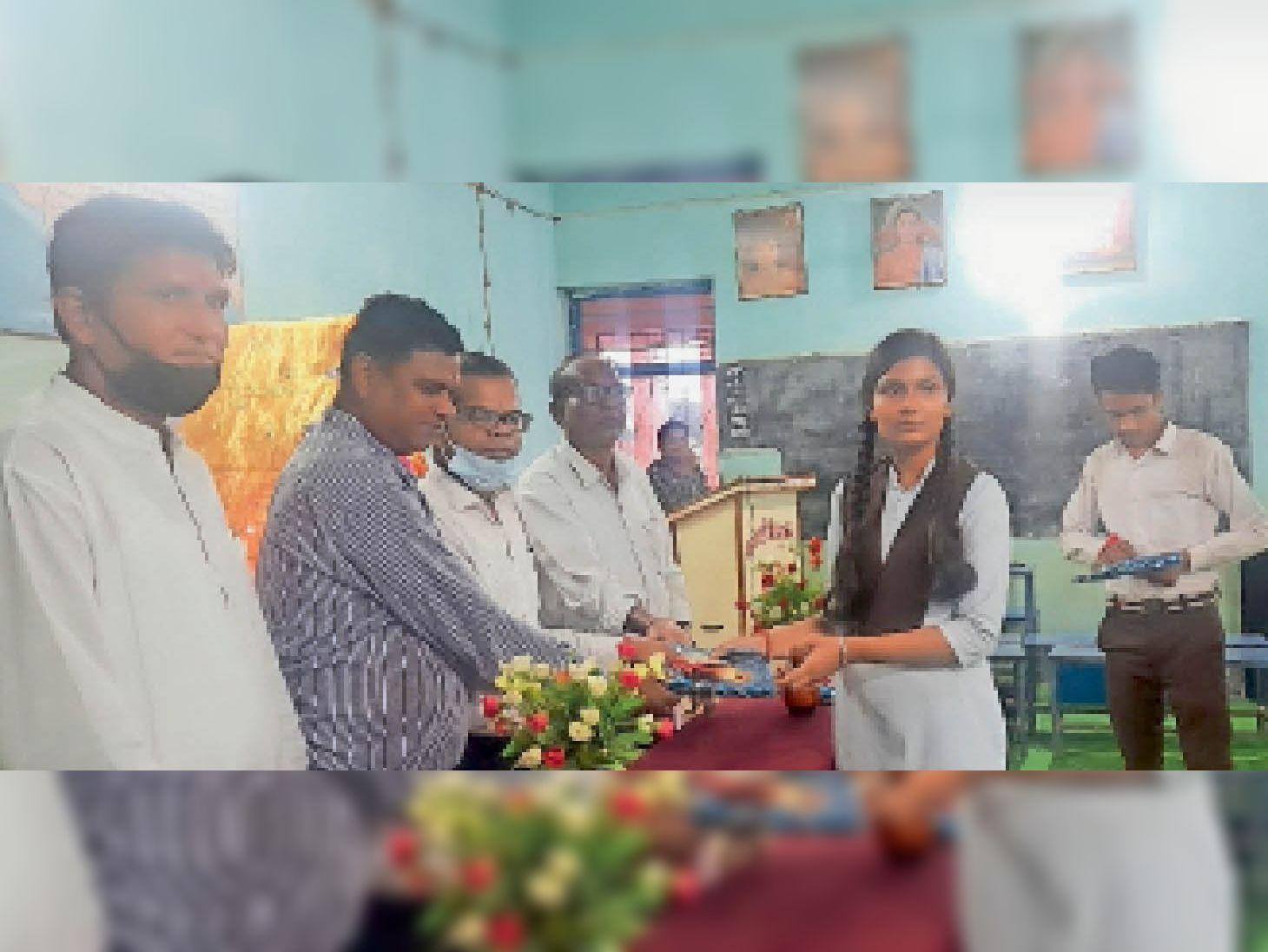 प्रतियोगिता में विजयी प्रतिभागी को किया गया पुरस्कृत। - Dainik Bhaskar