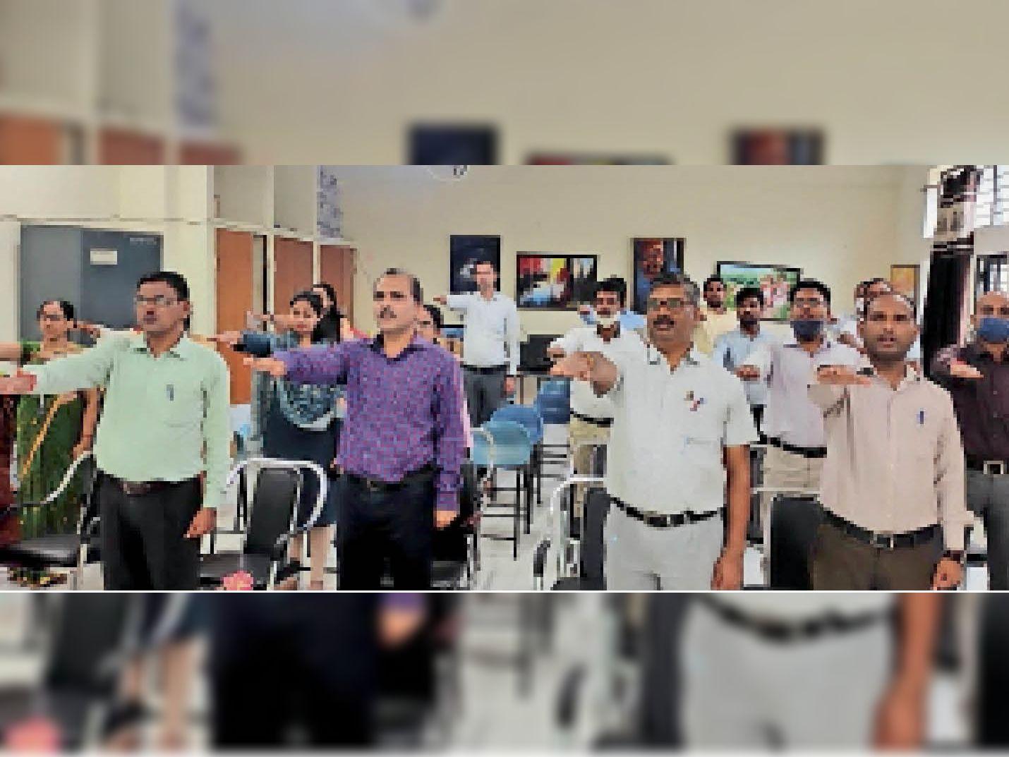 केंद्रीय विद्यालय में हिन्दी भाषा के संवर्धन के लिए शिक्षकों ने ली शपथ। - Dainik Bhaskar