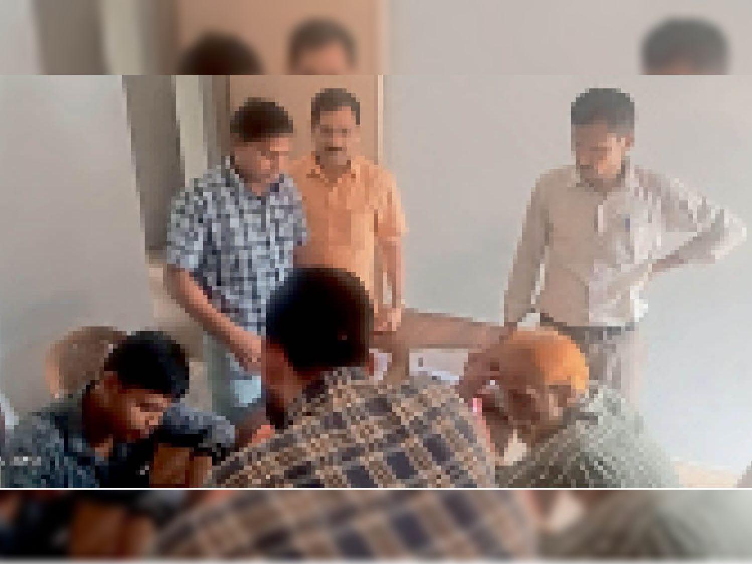 पटवारी कार्यालय में पहुंचे किसान। - Dainik Bhaskar
