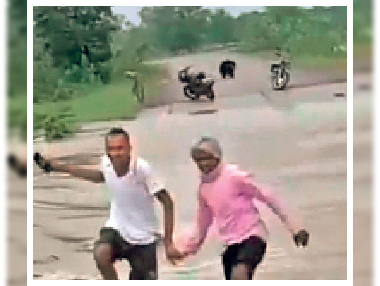 नाला पार करते ही आया भालू तो भागे ग्रामीण। - Dainik Bhaskar