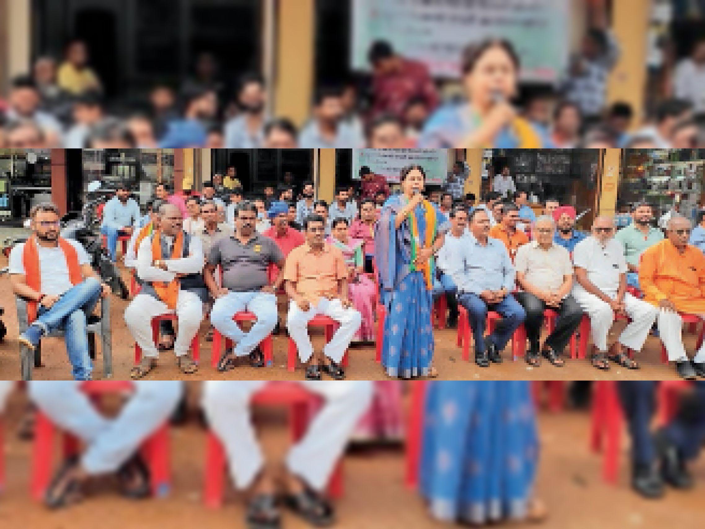अकालग्रस्त घोषित करने की मांग को लेकर बसना के धरना प्रदर्शन में शामिल भाजपाई। - Dainik Bhaskar