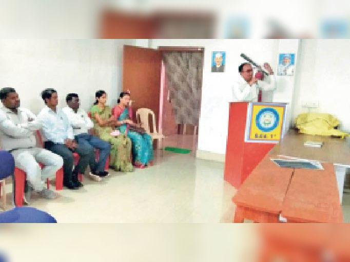हिंदी दिवस पर आयोजित कार्यक्रम को संबोधित करते डॉ. विवेकानंद। - Dainik Bhaskar