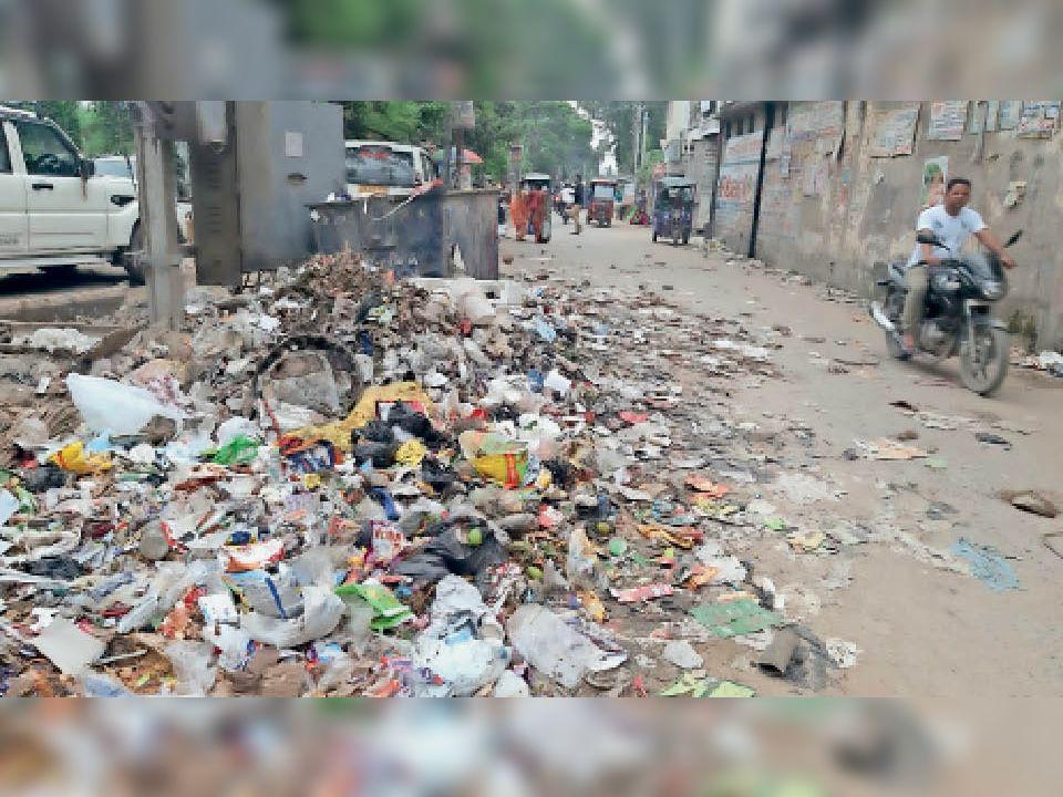 सदर अस्पताल के पास स्वास्थ्य समिति कार्यालय के सामने जमा कचरा। - Dainik Bhaskar
