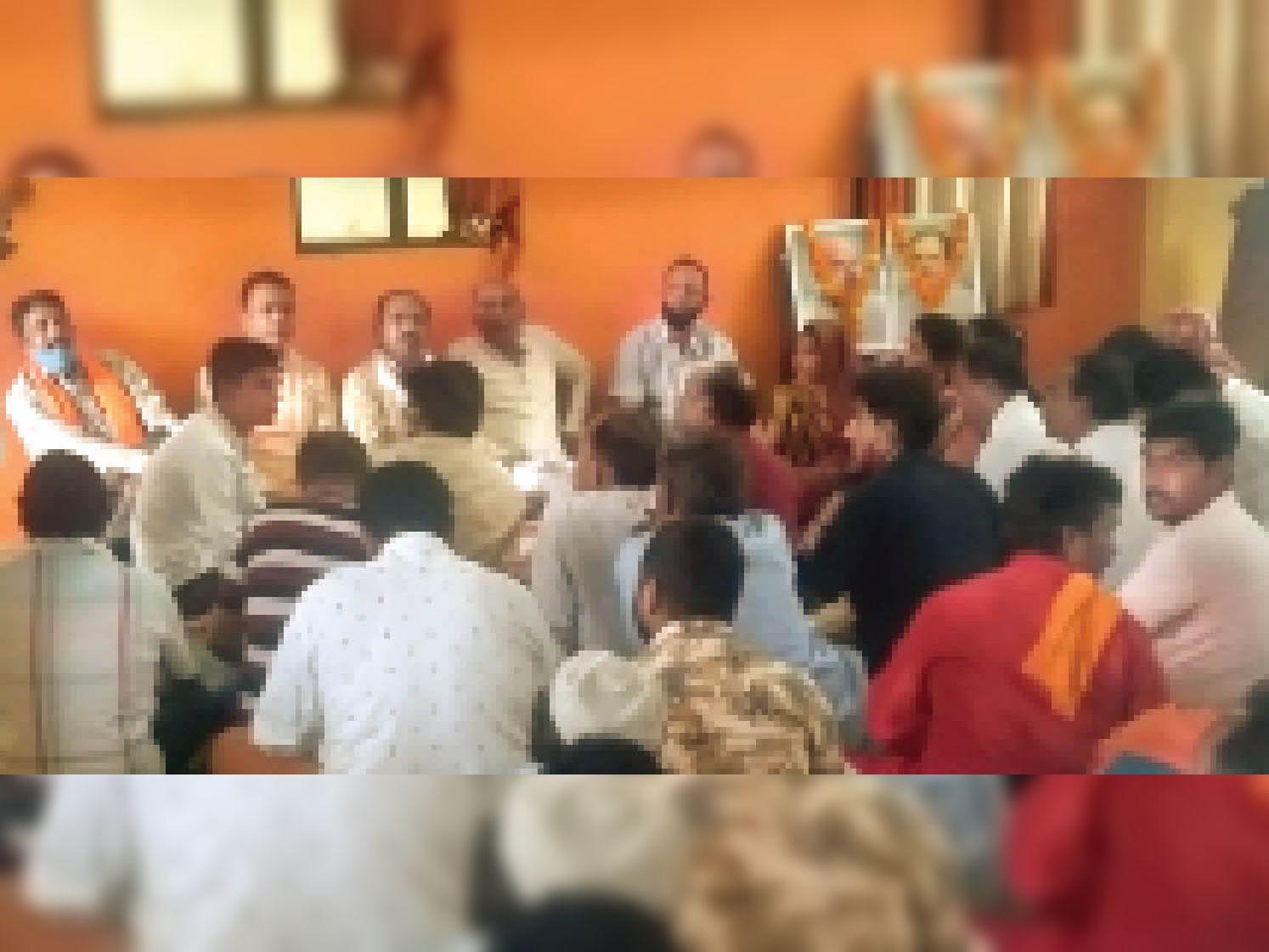 मंडल स्तरीय बैठक में शामिल भाजपा पदाधिकारी व कार्यकर्ता। - Dainik Bhaskar