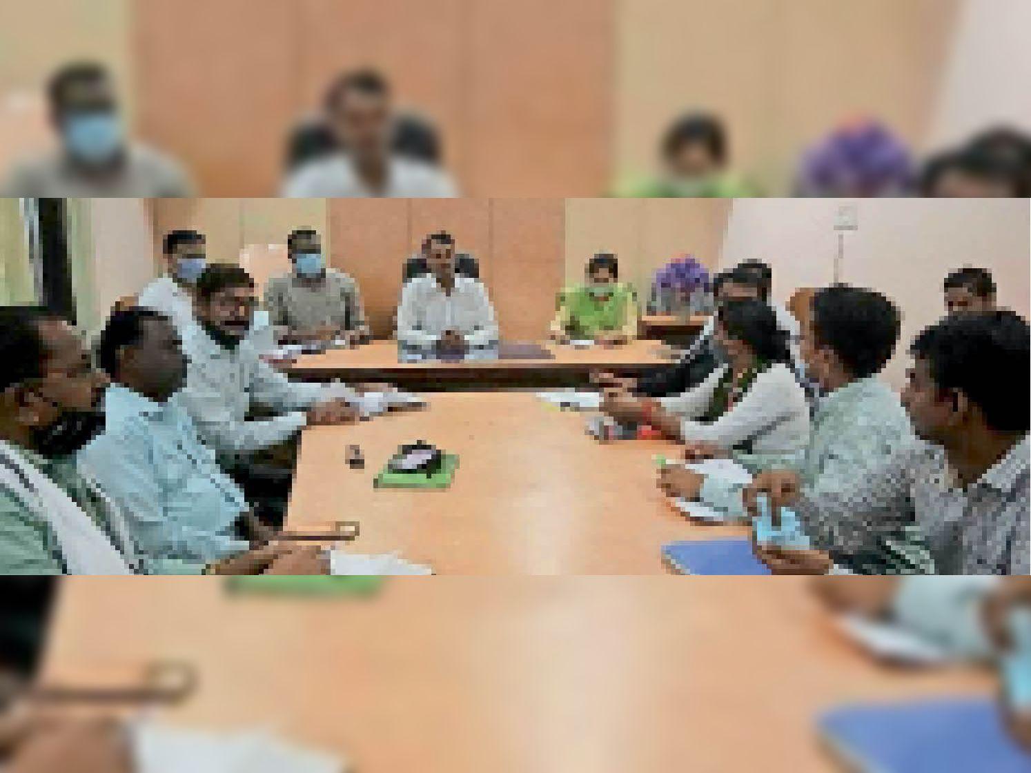 साप्ताहिक समीक्षा बैठक में वैक्सीनेशन की रणनीति बनाते अधिकारी। - Dainik Bhaskar