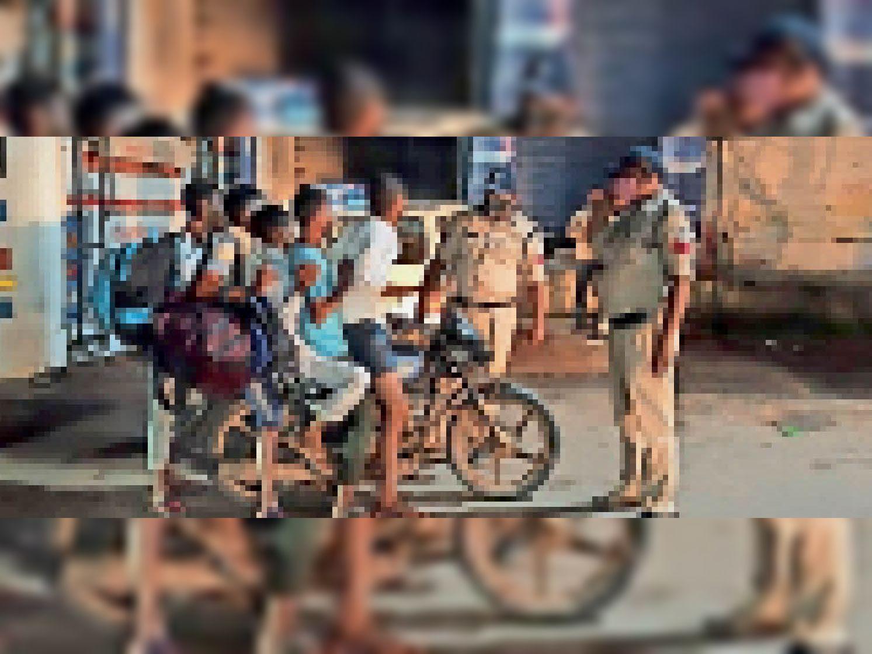 सड़क पर वाहन चेकिंग करते पुलिसकर्मी। - Dainik Bhaskar