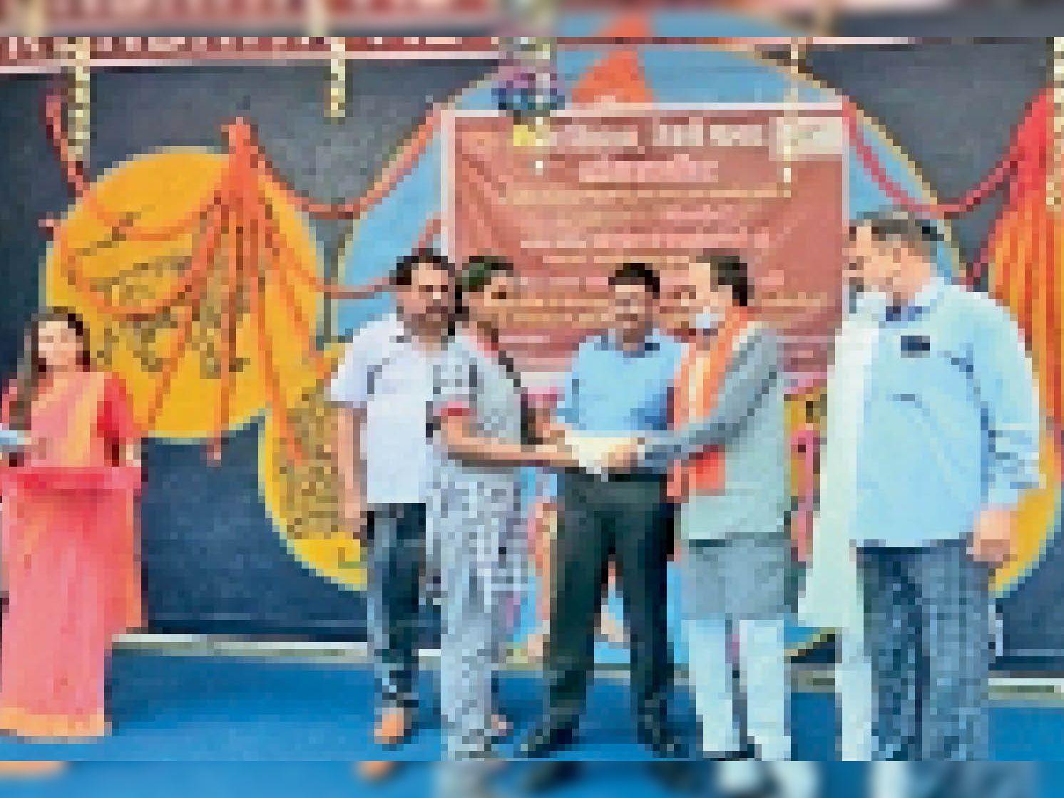बच्चो को पुरस्कार देते हुए विधायक प्रेमशंकर वर्मा। - Dainik Bhaskar