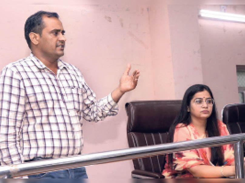प्रशासन शहरों के संग अभियान की जानकारी देते कार्यवाहक आयुक्त। - Dainik Bhaskar