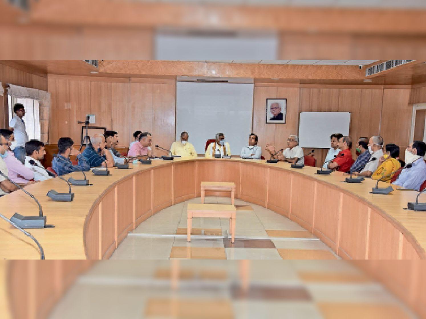 छोटूराम विवि में आयोजित कार्यक्रम में हिंदी दिवस पर विचार व्यक्त करते हुए साहित्यकार संतराम देशवाल। - Dainik Bhaskar