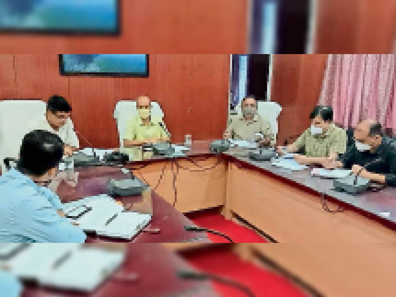 जिला परिषद सभागार में प्रशासन शहराें के संग अभियान की तैयारियाें काे लेकर नगर निकायाें के अधिकारियाें की बैठक लेते कलेक्टर। - Dainik Bhaskar