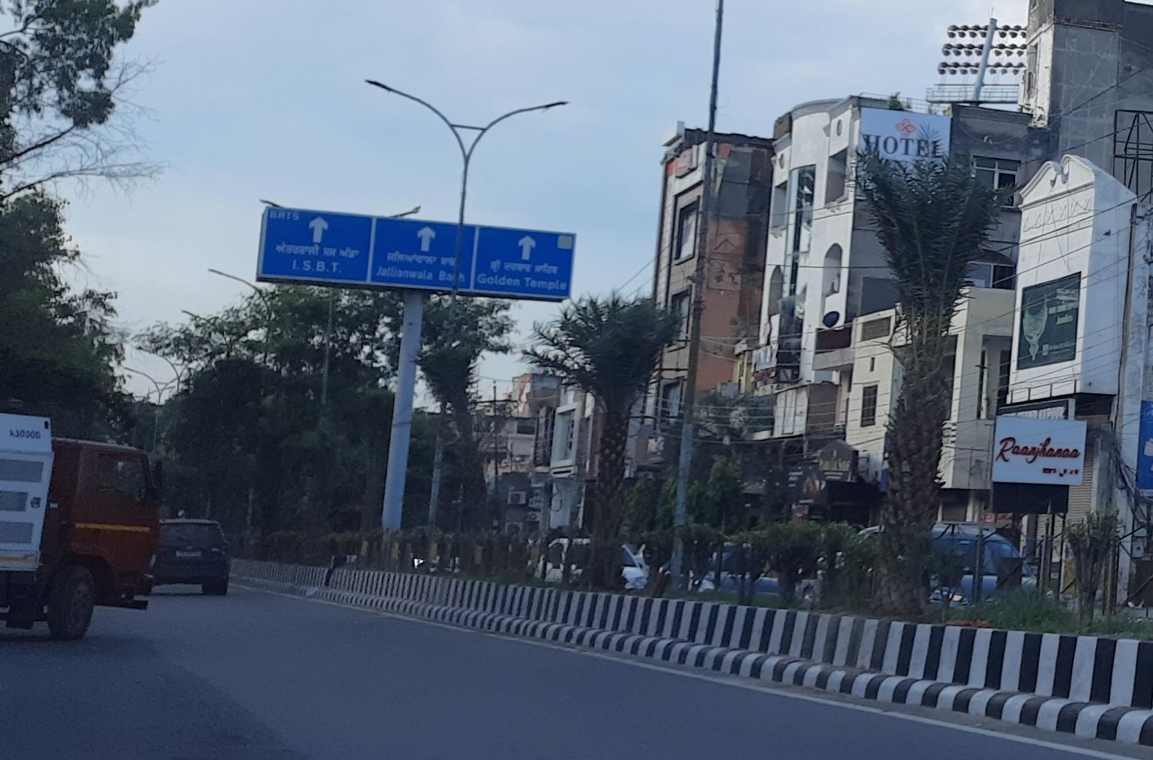 स्मार्ट सिटी प्रोजेक्ट के तहत 3 मुख्य मार्गों का किया सौंदर्यीकरण, लेकिन क्या पेड़ फल-फूल सकेंगे... उठने लगे सवाल|अमृतसर,Amritsar - Dainik Bhaskar