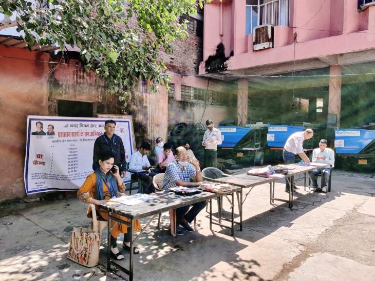 प्रशासन शहरों के संग अभियान के तहत जयपुर नगर निगम ऑफिसों में लगे कैंप में आए, लोग जानकारी लेकर लौटे|जयपुर,Jaipur - Dainik Bhaskar