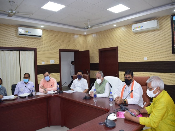 वाराणसी के प्रभारी मंत्री आशुतोष टंडन गोपालजी सर्किट हाउस में जनप्रतिनिधियों और विकास कार्यों की समीक्षा करते हुए।