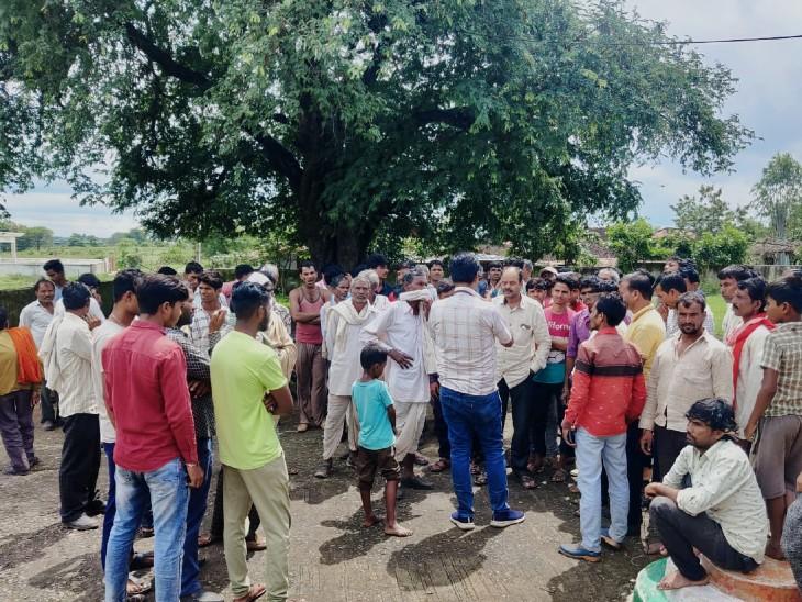 चौरई ब्लॉक के बाम्हनवाड़ा सचिव के खिलाफ भड़का ग्रामीणों का गुस्सा, नारेबाजी कर पंचायत में जड़ दिया ताला|छिंदवाड़ा,Chhindwara - Dainik Bhaskar