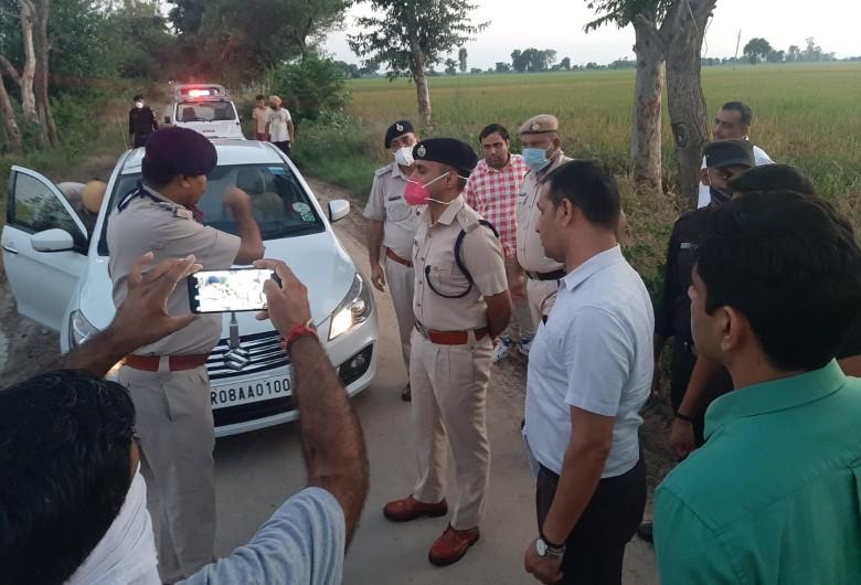 मौके के पहुंचे एसपी अधिकारियों से घटना की जानकारी लेते हुए।