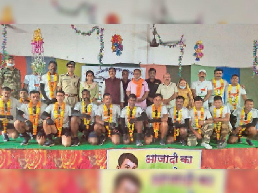 साइकिल यात्रियाें का पुष्पमाला पहनाकर सम्मान किया गया। - Dainik Bhaskar