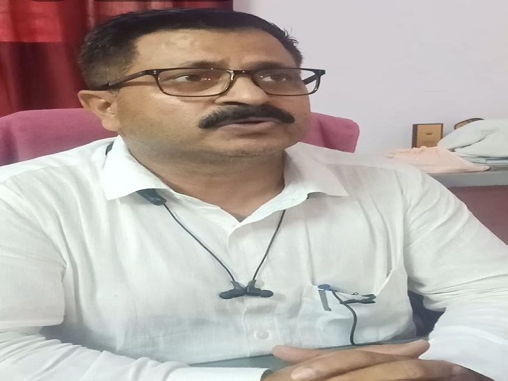 आजमगढ़ जिले में बारिश किसानों के लिए साबित होगी वरदान के बारे में जानकारी देते कृषि वैज्ञानिक डा. आरके सिंह।