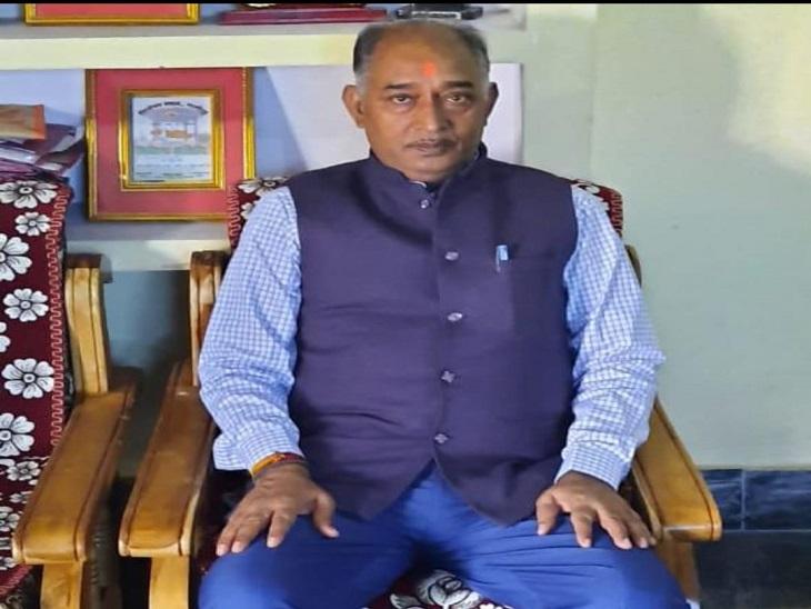 आजमगढ़ में 3 सफाई कर्मियों के निलंबन के बारे में जानकारी देते डीपीआरओ लालजी दूबे। - Dainik Bhaskar